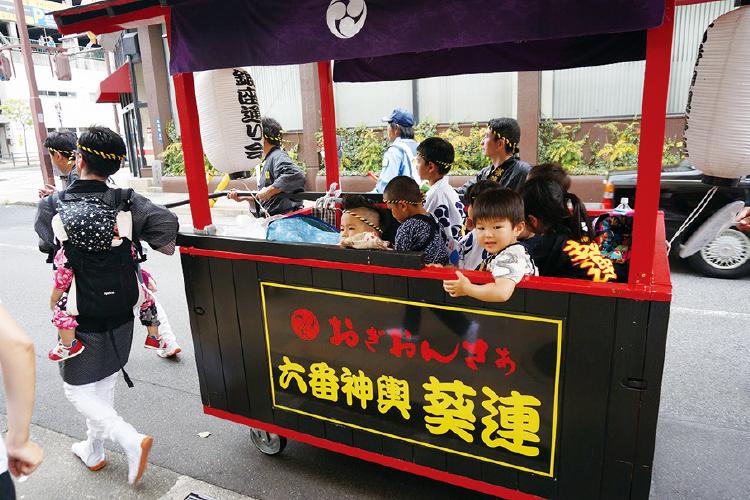 子供たちを乗せる稚児車